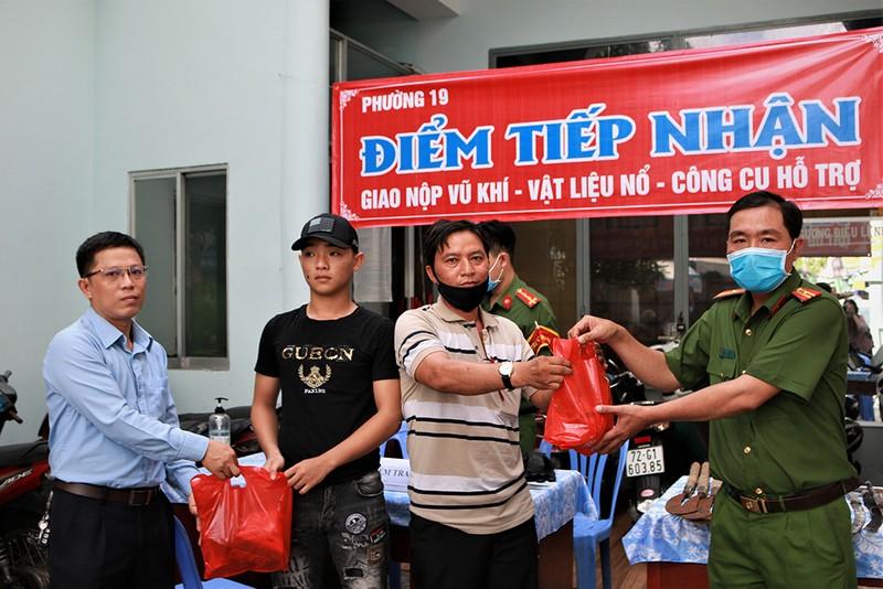 Người dân quận Bình Thạnh nộp súng đạn, mã tấu lấy quà - ảnh 1