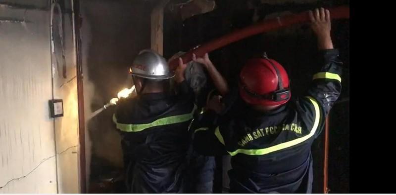 7 người mắc kẹt trong vụ cháy nhà ở đường Lê Trọng Tấn - ảnh 2