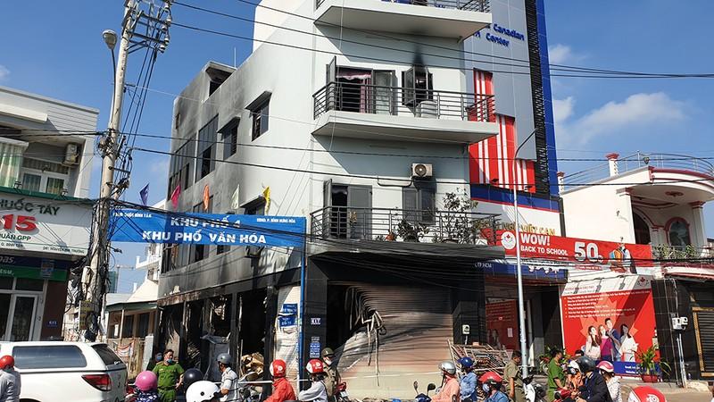 7 người mắc kẹt trong vụ cháy nhà ở đường Lê Trọng Tấn - ảnh 1