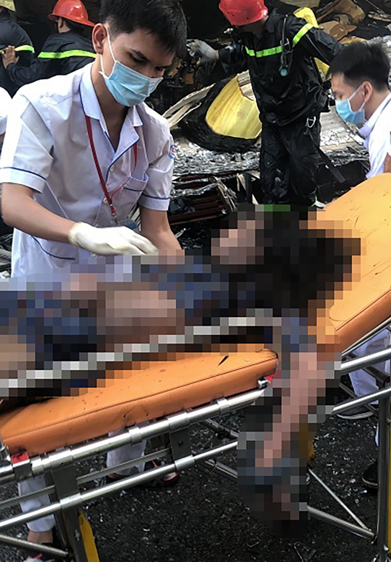 7 người mắc kẹt trong vụ cháy nhà ở đường Lê Trọng Tấn - ảnh 4