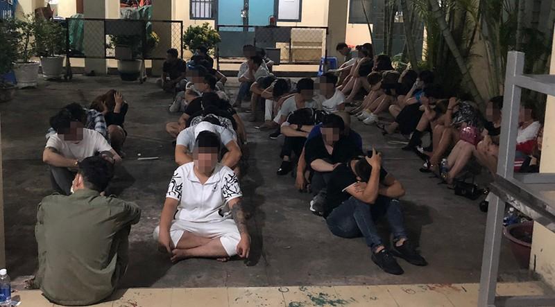 Gần 60 dân chơi phê ma túy trong quán bar ở Bình Tân - ảnh 2