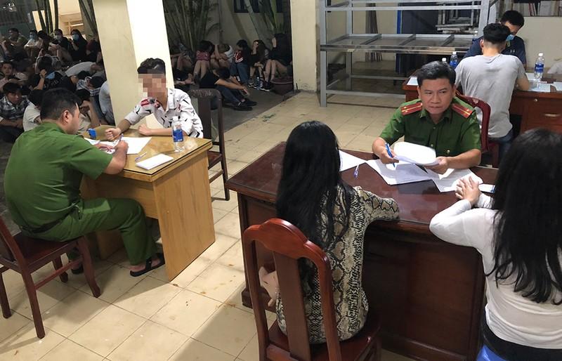 Gần 60 dân chơi phê ma túy trong quán bar ở Bình Tân - ảnh 3