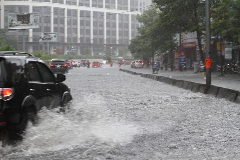 'Rốn ngập' Nguyễn Hữu Cảnh thành biển nước trong mưa lớn - ảnh 2