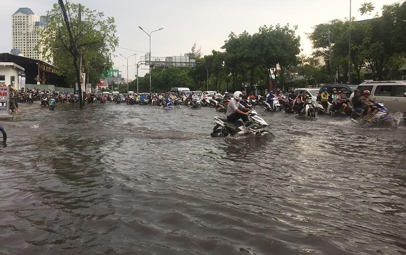 'Rốn ngập' Nguyễn Hữu Cảnh thành biển nước trong mưa lớn - ảnh 3