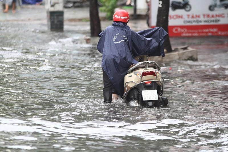 'Rốn ngập' Nguyễn Hữu Cảnh thành biển nước trong mưa lớn - ảnh 7