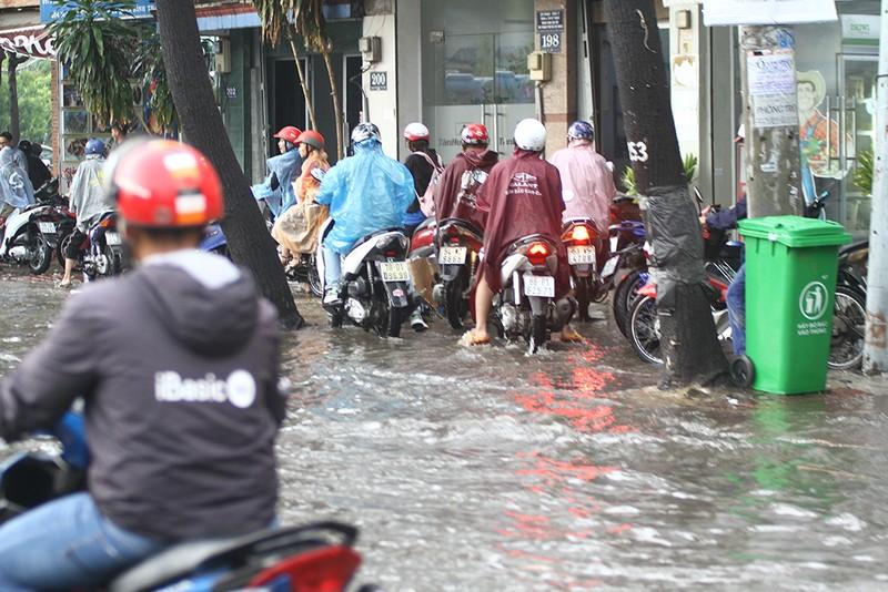 'Rốn ngập' Nguyễn Hữu Cảnh thành biển nước trong mưa lớn - ảnh 5
