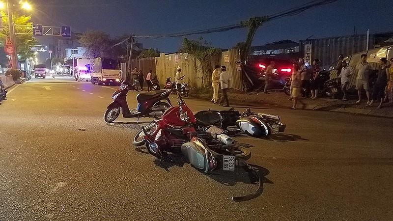 Ô tô 7 chỗ tông nhiều xe, húc sập hàng rào ở Bình Tân - ảnh 1