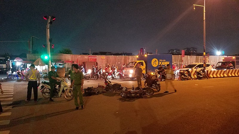 Ô tô 7 chỗ tông nhiều xe, húc sập hàng rào ở Bình Tân - ảnh 2