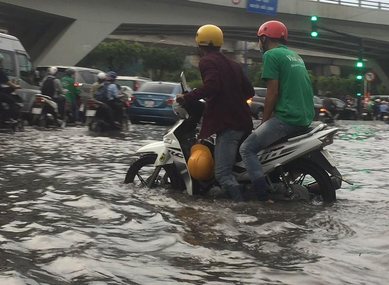 'Rốn ngập' Nguyễn Hữu Cảnh thành biển nước trong mưa lớn - ảnh 4