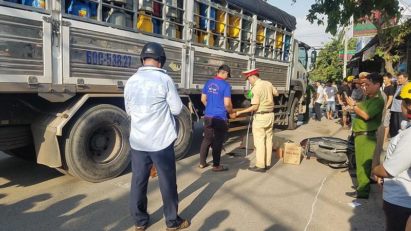 Bình Tân: 2 người đi xe máy bị xe tải cán tử vong - ảnh 1