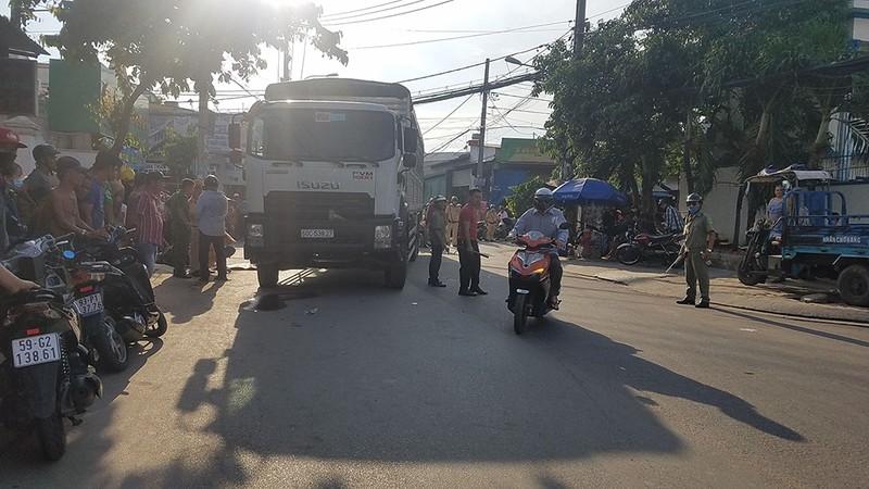 Bình Tân: 2 người đi xe máy bị xe tải cán tử vong - ảnh 2