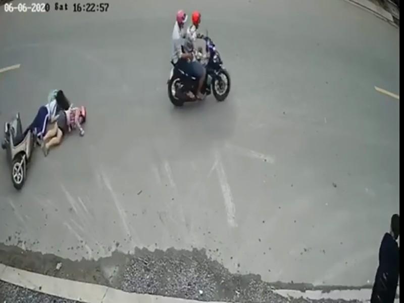 Bị cướp giật iPhone, mẹ chở con gái té xuống đường  - ảnh 1