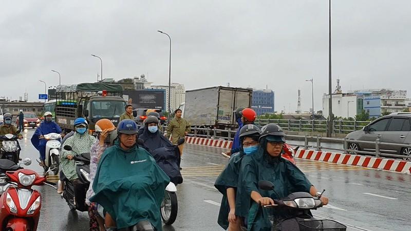 Va chạm xe khách ở cầu Nguyễn Tri Phương, 1 người thiệt mạng - ảnh 1