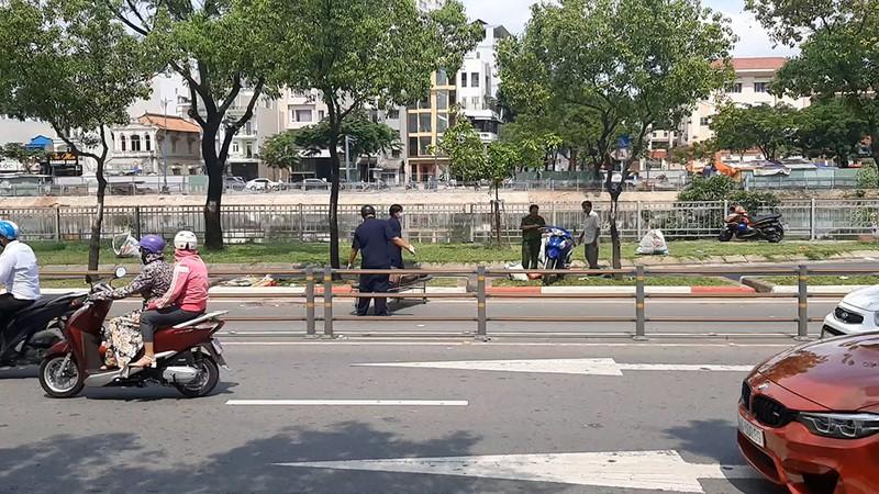 Xe chở rác cán chết người trên đường Võ Văn Kiệt - ảnh 2