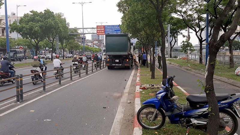 Xe chở rác cán chết người trên đường Võ Văn Kiệt - ảnh 1