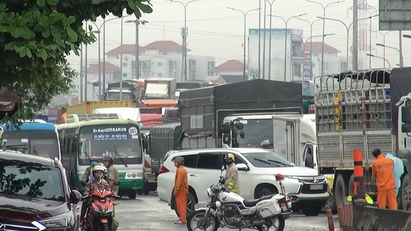 Xe ben chở đất lật ngang quốc lộ, hàng ngàn ô tô kẹt cứng  - ảnh 4