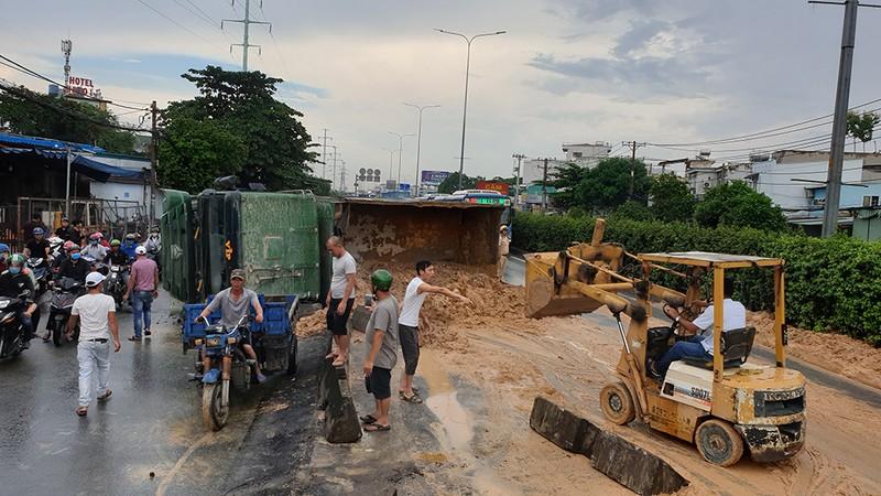 Xe ben chở đất lật ngang quốc lộ, hàng ngàn ô tô kẹt cứng  - ảnh 2