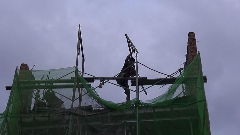 Quận Tân Bình: 'Gió thổi đổ gạch' ở công trình đang xây dựng - ảnh 1