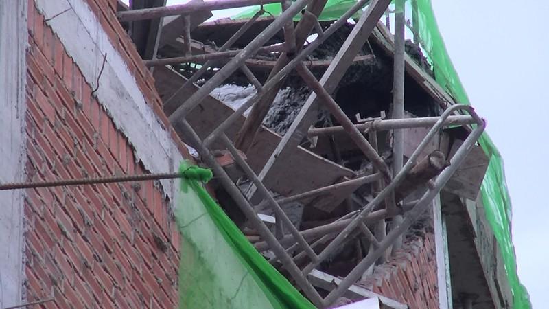 Quận Tân Bình: 'Gió thổi đổ gạch' ở công trình đang xây dựng - ảnh 4