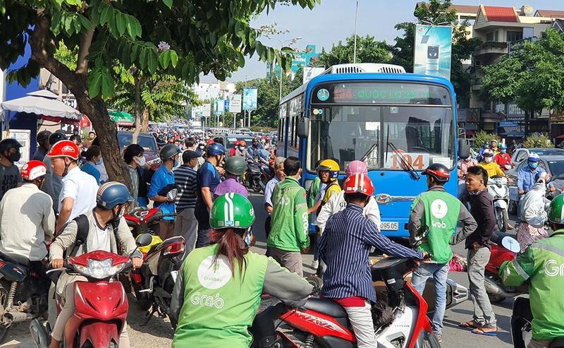 Hàng chục người đẩy xe buýt, cứu người phụ nữ bị cuốn vào gầm - ảnh 3