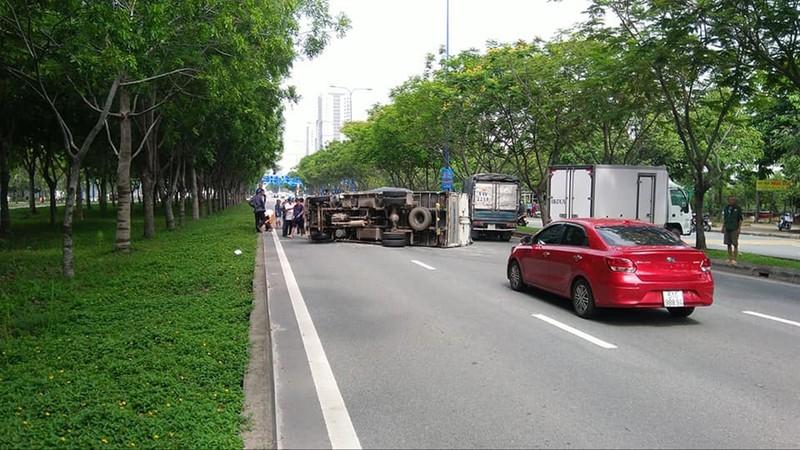 Xe tải lật trên đường Mai Chí Thọ va liên tiếp nhiều ô tô khác - ảnh 1