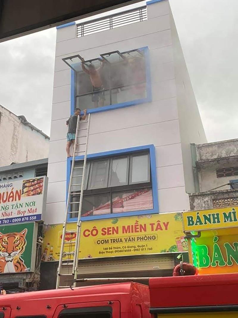 Cháy quán cơm văn phòng ở trung tâm TP.HCM, 7 người mắc kẹt - ảnh 1