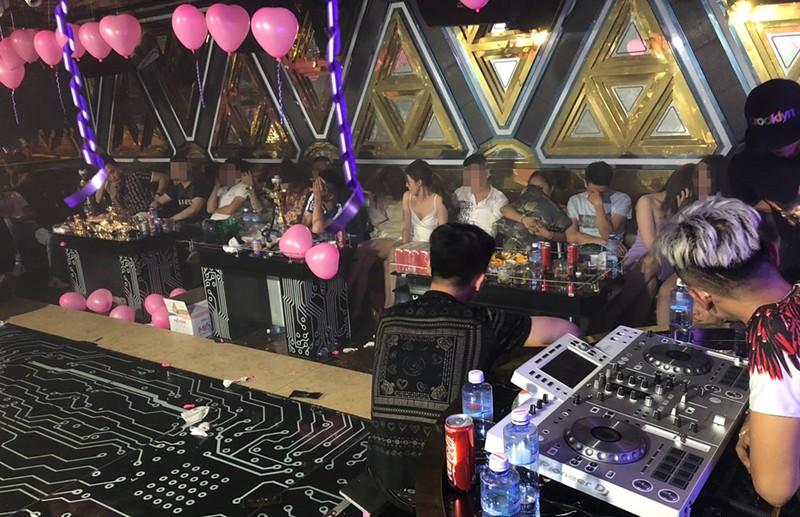 Cảnh sát 'đột kích' karaoke, đưa hàng trăm dân chơi về phường - ảnh 5