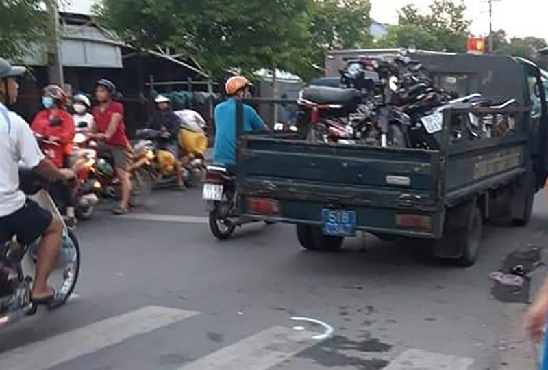 2 xe máy tông nhau, nhiều xác chó văng ra đường - ảnh 1