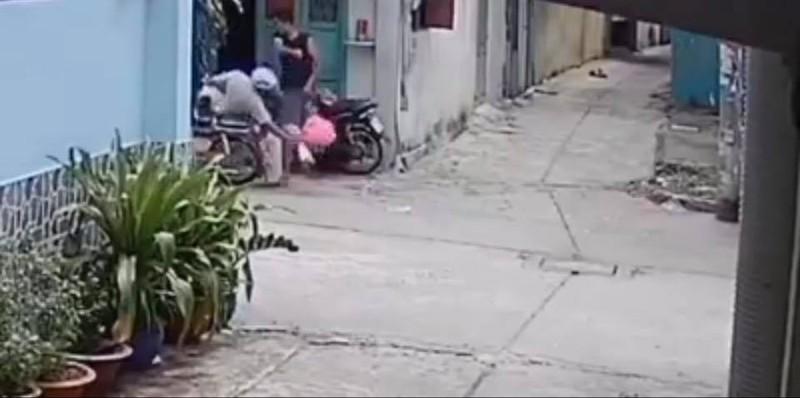 Camera ghi cảnh 'nghịch tử' phê ma túy đánh cha mẹ  - ảnh 1