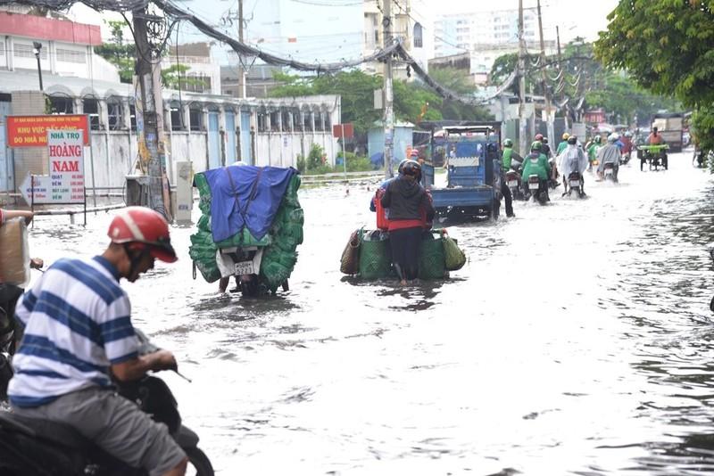 TP.HCM mưa lớn, đường lại biến thành sông - ảnh 2