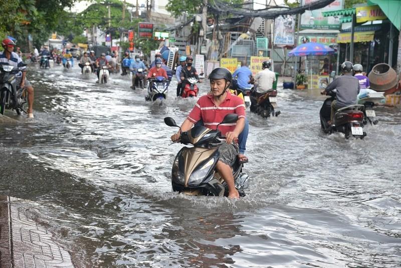 TP.HCM mưa lớn, đường lại biến thành sông - ảnh 4