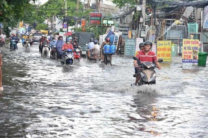 TP.HCM mưa lớn, đường lại biến thành sông - ảnh 7