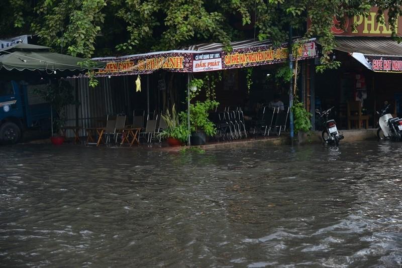 TP.HCM mưa lớn, đường lại biến thành sông - ảnh 9