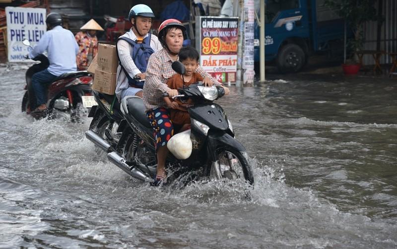 TP.HCM mưa lớn, đường lại biến thành sông - ảnh 10