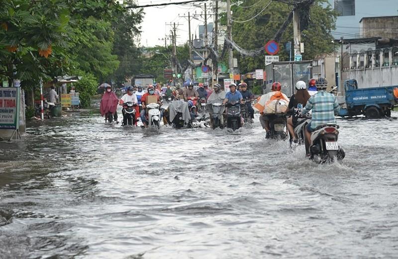 TP.HCM mưa lớn, đường lại biến thành sông - ảnh 1