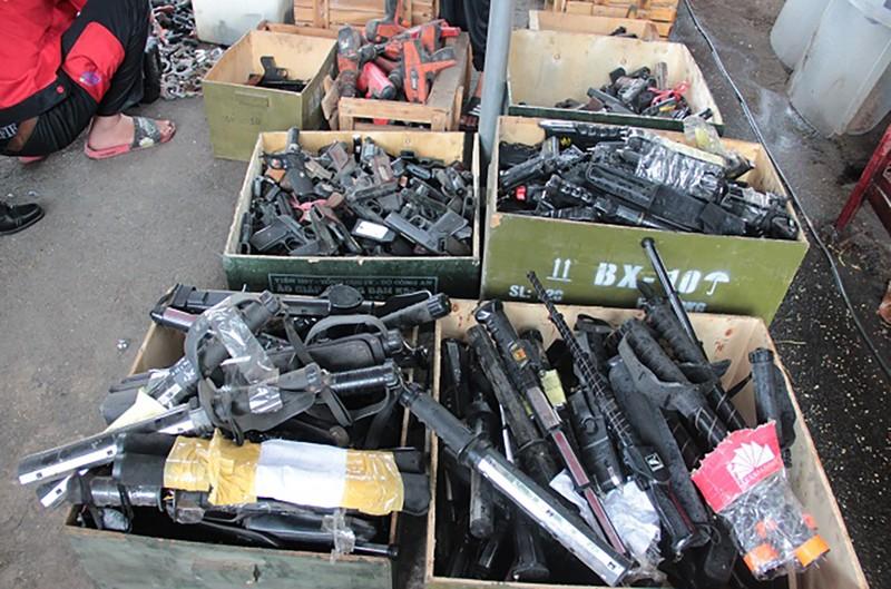 Công an TP.HCM tiêu hủy hàng ngàn vũ khí, vật liệu nổ - ảnh 1