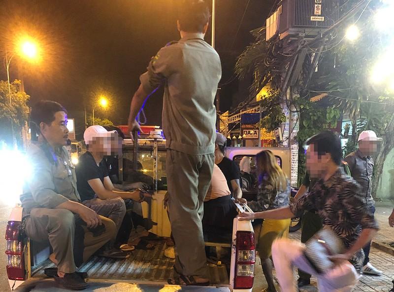 Công an kiểm tra quán bar, hàng trăm người bị đưa lên phường - ảnh 4