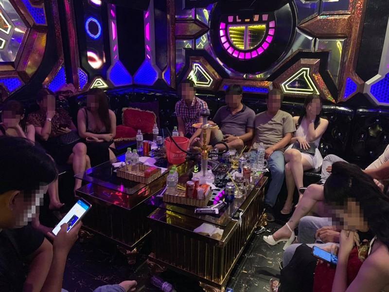 Hàng chục dân chơi phê ma túy trong karaoke Hollywood - ảnh 1
