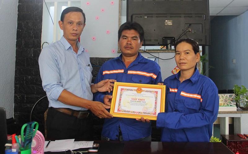 Nữ công nhân nhặt được túi vàng khi thu gom rác - ảnh 1