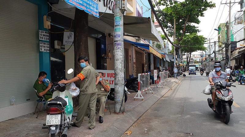 Quận Tân Phú: Phong tỏa, cách ly nhiều ngôi nhà trong đêm - ảnh 3