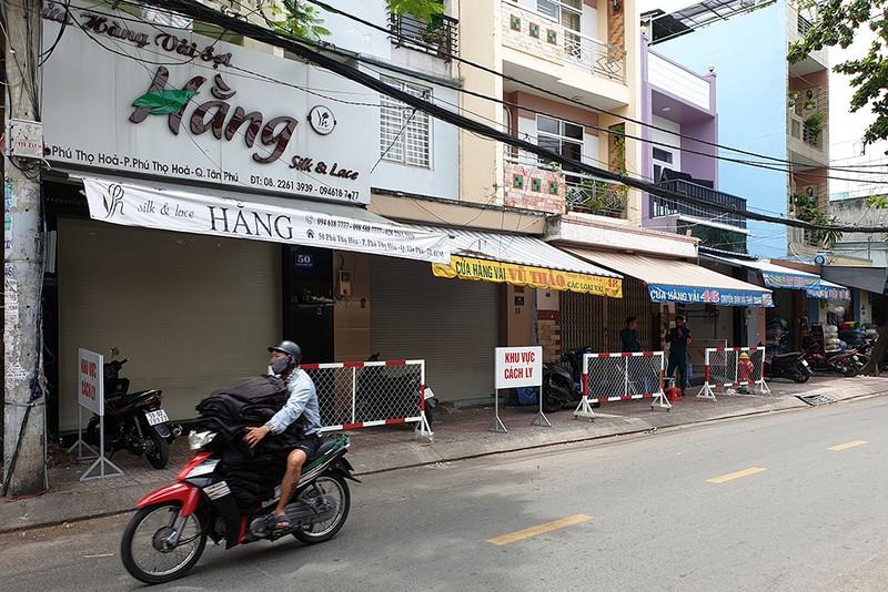 Quận Tân Phú: Phong tỏa, cách ly nhiều ngôi nhà trong đêm - ảnh 1