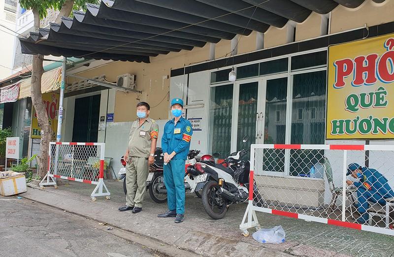 Quận Tân Phú: Phong tỏa, cách ly nhiều ngôi nhà trong đêm - ảnh 7