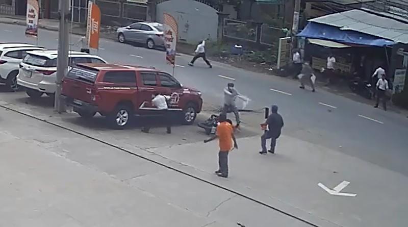 2 tên cướp bị dân truy đuổi, cướp xe máy tẩu thoát - ảnh 2