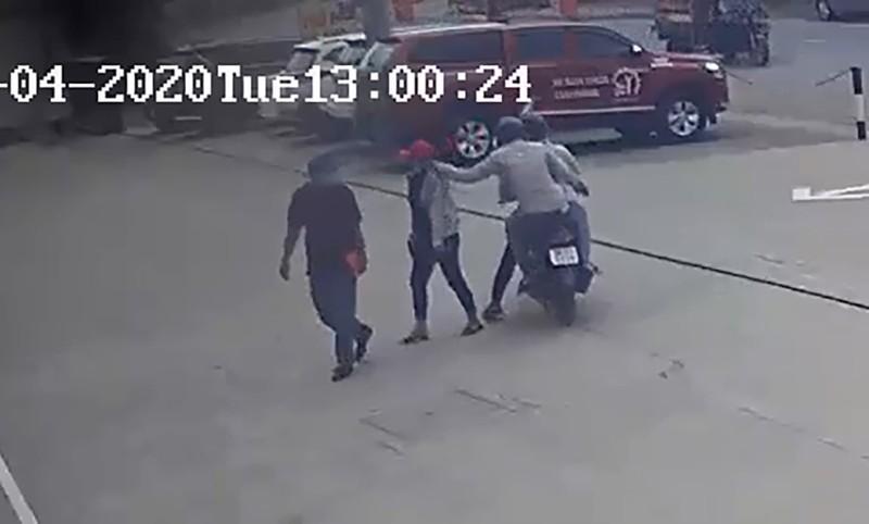 2 tên cướp bị dân truy đuổi, cướp xe máy tẩu thoát - ảnh 1