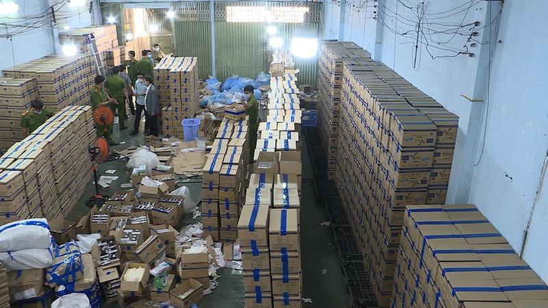 Đường dây làm hàng triệu găng tay y tế giả ở Bình Tân - ảnh 1