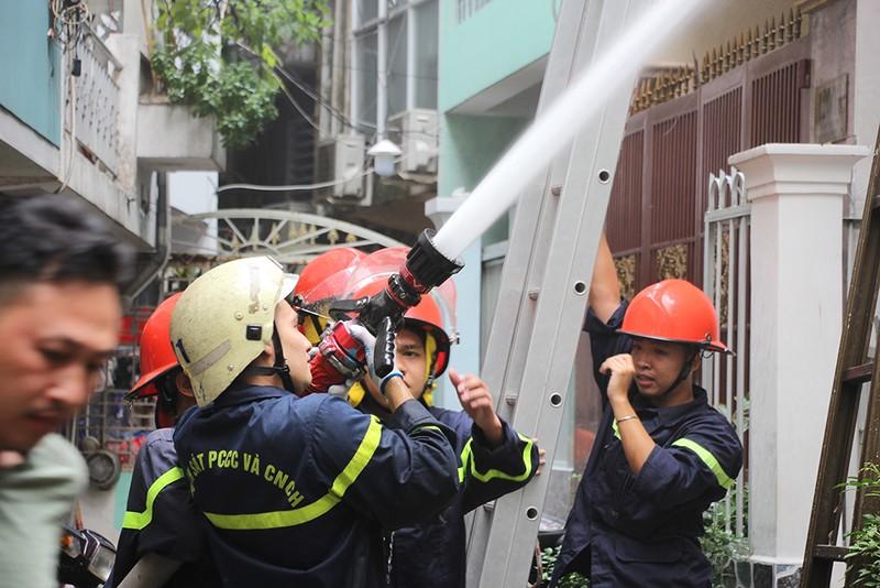 Cháy nhà trong hẻm ở quận 1, may mắn 8 người thoát nạn - ảnh 2