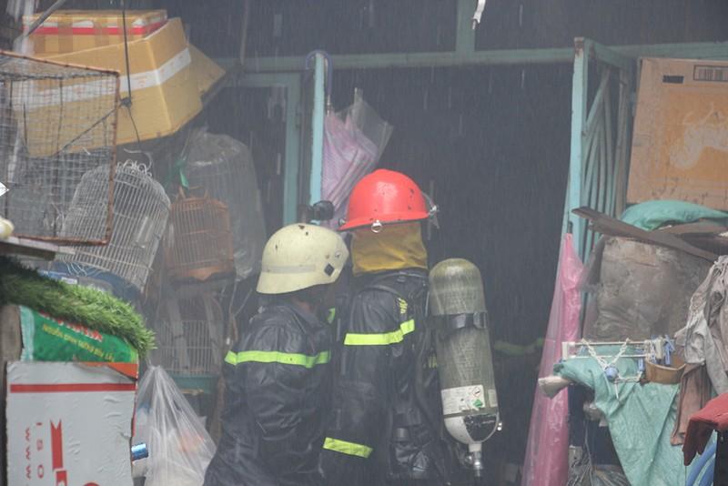 Cháy nhà trong hẻm ở quận 1, may mắn 8 người thoát nạn - ảnh 1