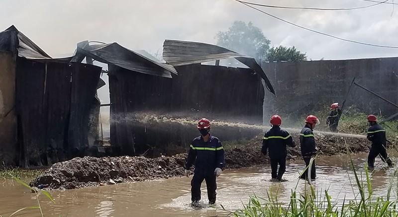 Bãi phế liệu cháy dữ dội kèm tiếng nổ ở Bình Chánh - ảnh 1