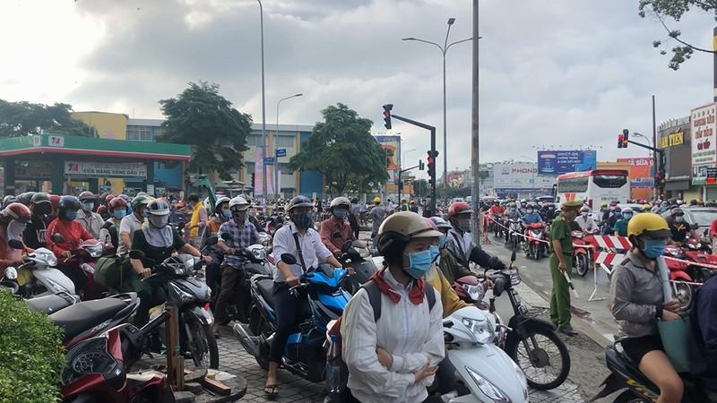 Hố tử thần 'khủng' xuất hiện giữa giao lộ ở Gò Vấp - ảnh 2