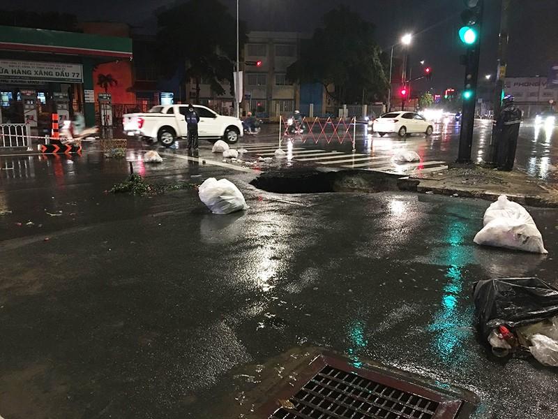 Hố tử thần 'khủng' xuất hiện giữa giao lộ ở Gò Vấp - ảnh 1